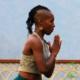 mulher dedicando sua prática de Yoga a Íshvara Pranidhana (entrega)