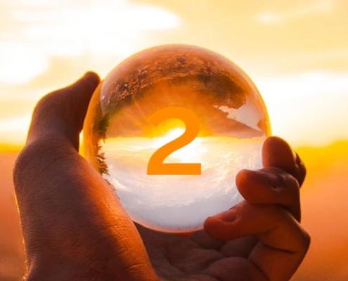 bola de cristal com numerologia de fevereiro - número 2