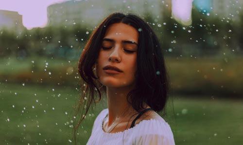 mulher na chuva - coaching da alma