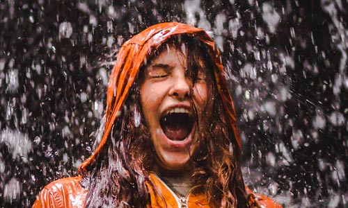 menina saindo na chuva - criança interior no coaching da alma