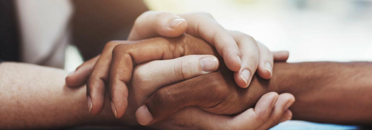 como perdoar a si mesmo e o outro - pessoas de mãos dadas