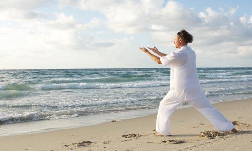 Iluminação espiritual pelo yoga: homem praticando dharana: foco absoluto no agora