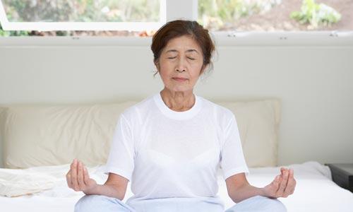 Iluminação espiritual pelo yoga: mulher praticando dhyana: meditação