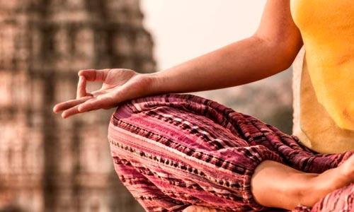 Iluminação espiritual pelo yoga: mulher meditando na india