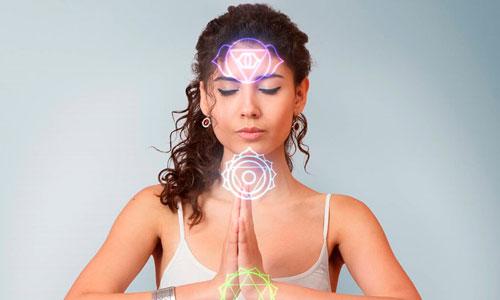 Mulher em Meditação para Equilíbrio Energético dos Chakras