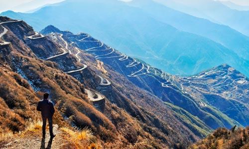 homem diante de jornada em montanhas - conceito para trilha da espiritualidade
