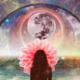 imagem de mulher sob lua e planeta terra - conceito canalização espiritual 2020