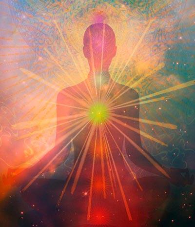 Sentir com o coração: pessoa em meditação com anahata chakra iluminado
