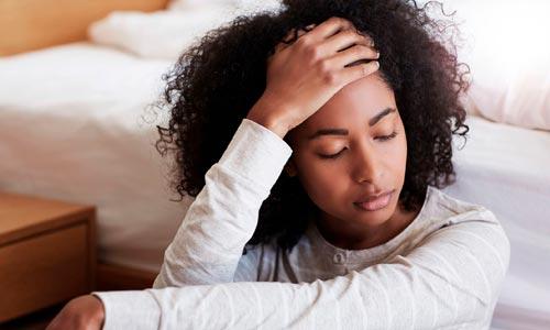 mulher com dores em busca de tratamento natural para fibromialgia