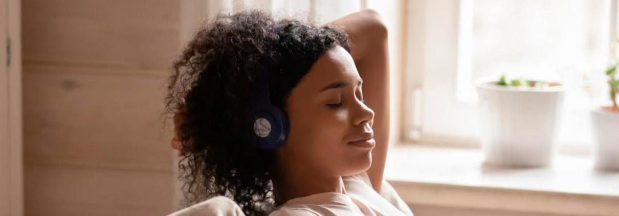 mulher em meditação mindfulness guiada