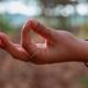 mão fazendo Gyan mudrá - um dos principais yoga mudras