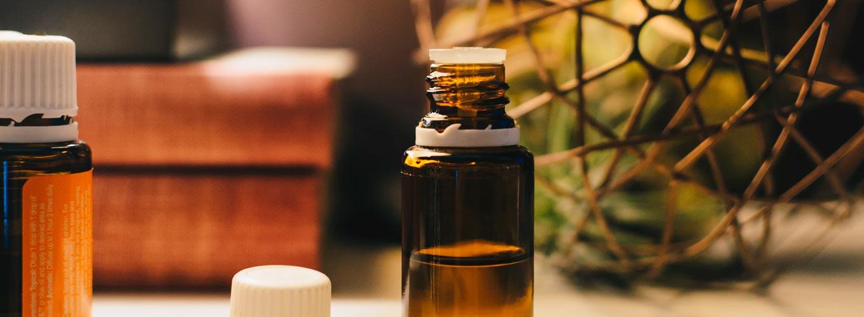 óleos essenciais para cabelo e pele. vidro de óleo essencial
