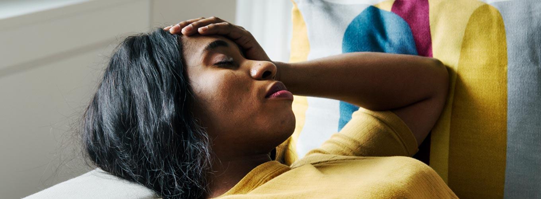 significado da dor psicossomática - mulher com dor de cabeça
