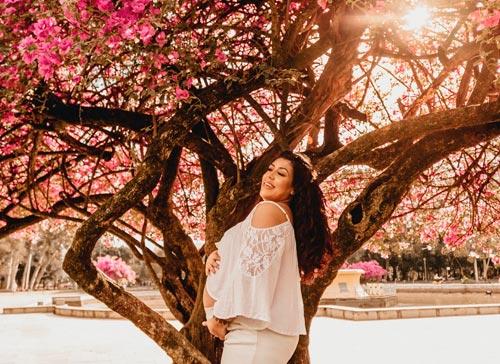 Gestante em árvore com flores - Florais na gravidez