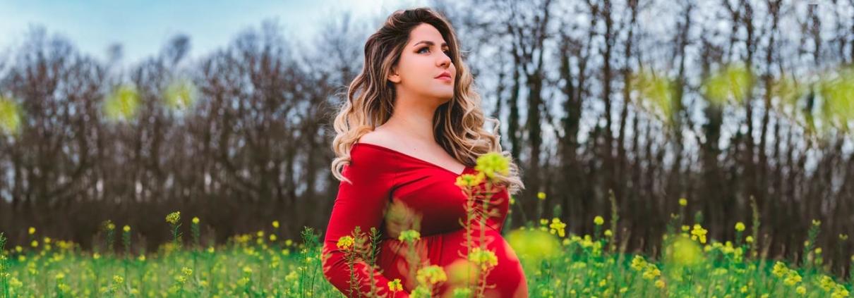 Gestante em campo de flores - capa do artigo de Florais na gravidez