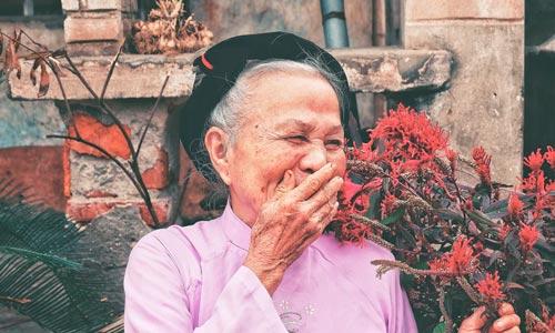 mulher rindo com o poder da gratidão e alegria
