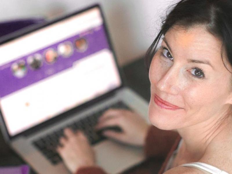 mulher em computador - como ser terapeuta online
